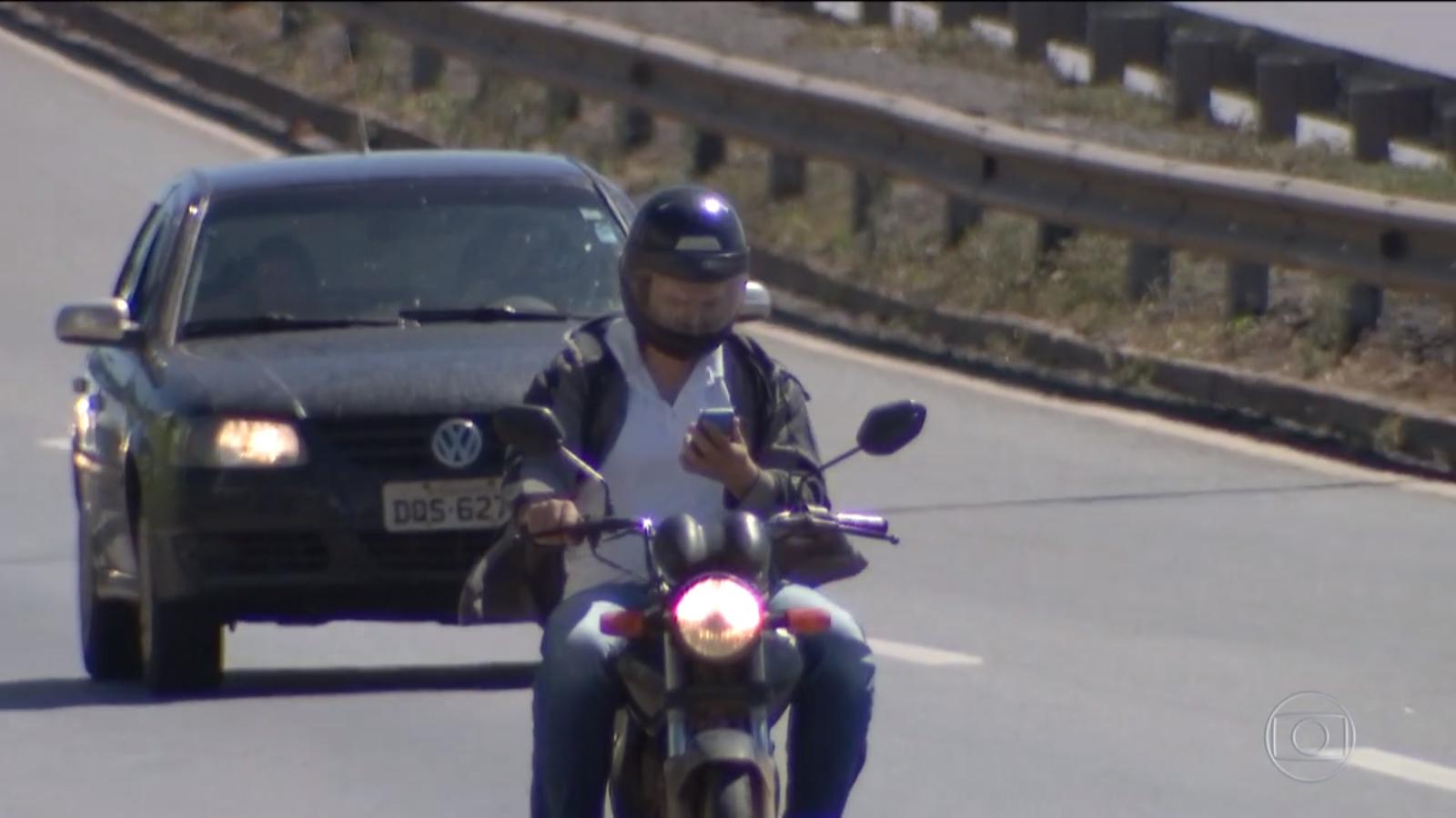 motociclista com celular
